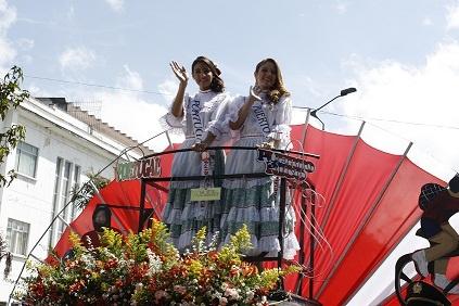 En el desfile de bienvenida, dos candidatas sufrieron quebrantos de Salud