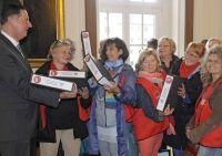 10000 Unterschriften nahm Oberbürgermeister Peter Jung im Rathaus entgegen.