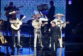Luis Miguel cantando con Mariachi