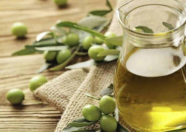 3.12    Verwöhne deine Haut heute!  Verwende Olivenöl für eine besonders weiche und zarte Haut.  Olivenöl ist voller Vitamine, Mineralstoffe und ungesättigter Fettsäuren.   Ein richtiger Beauty Booster – ganz natürlich !   Die chemische Zusammensetzung des Öls ist der unserer Haut sehr ähnlich, daher wird es auch für empfindliche Haut verwendet.   Einfach unter der Dusche nach dem Duschgel auf die