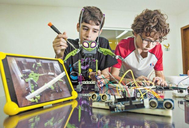 Escolas aplicando o uso de programas de comunicação para auxiliar o aprendizado e facilitar a comunicação com os pais, sendo aplicado também aulas de robótica para melhorar o aproveitamento do tempo.