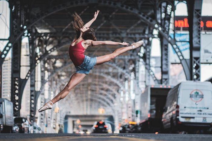 La sérénité et l'élégance de ces ballerines créent un parfait contraste avec la vie trépidante quotidienne de la ville qui ne dort jamais.
