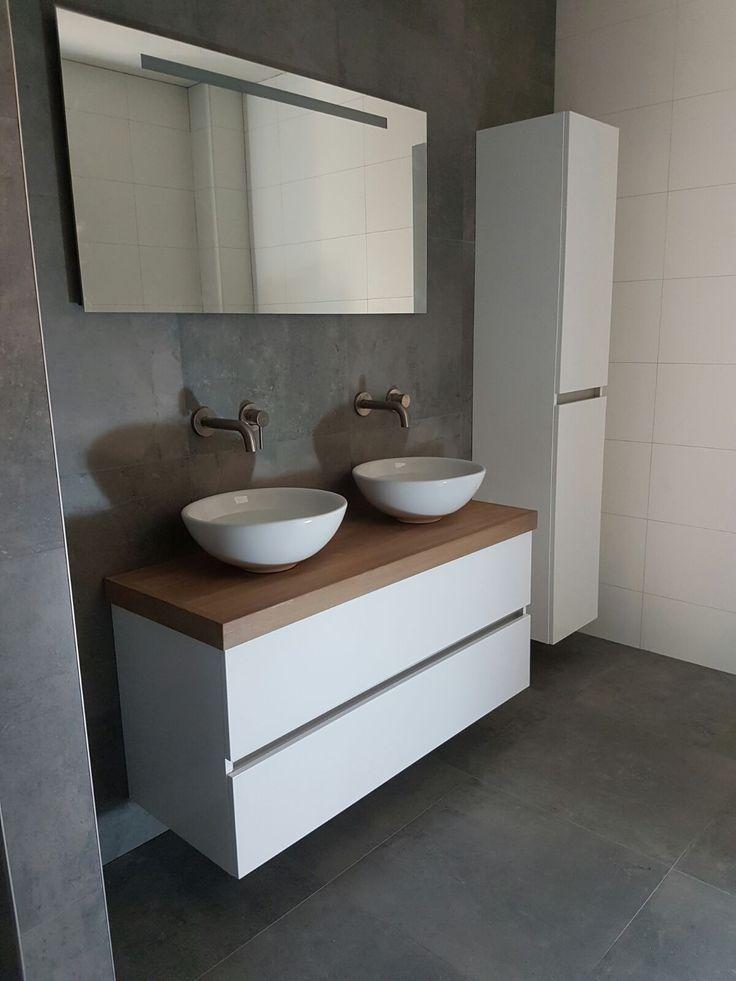 Onze badkamer met VT wonen Loft Grey tegels en een eikenhouten blad onder de waskommen
