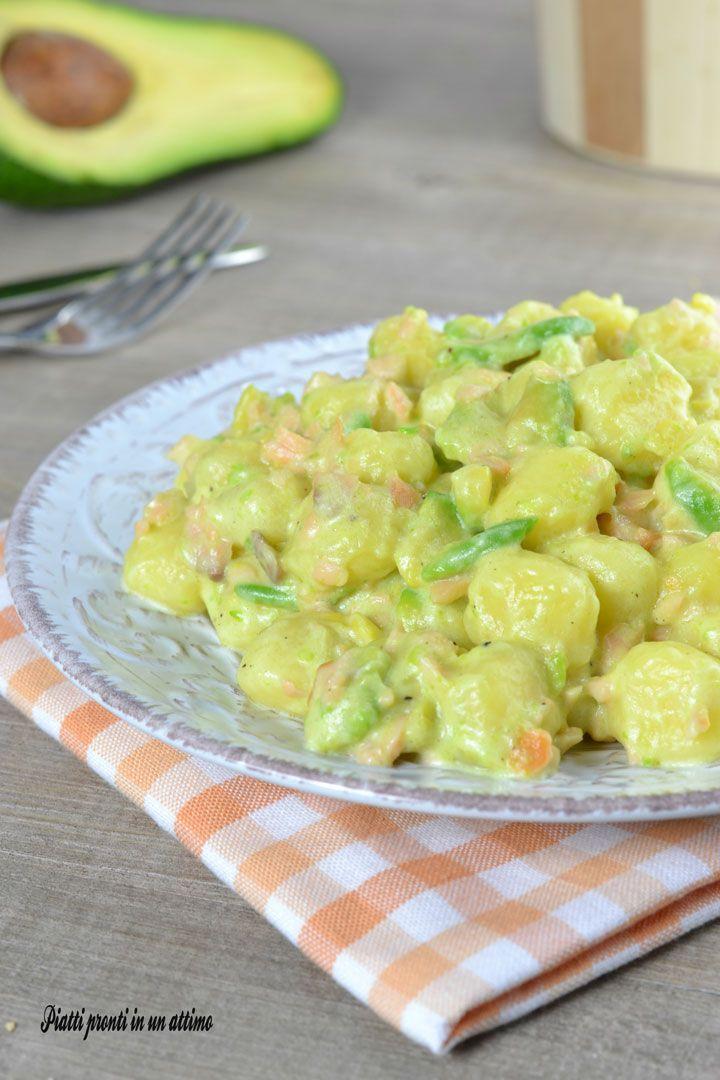 Gli gnocchi con salmone ed avocado sono un primo piatto semplice e molto gustoso; sono semplici e davvero veloci da preparare.