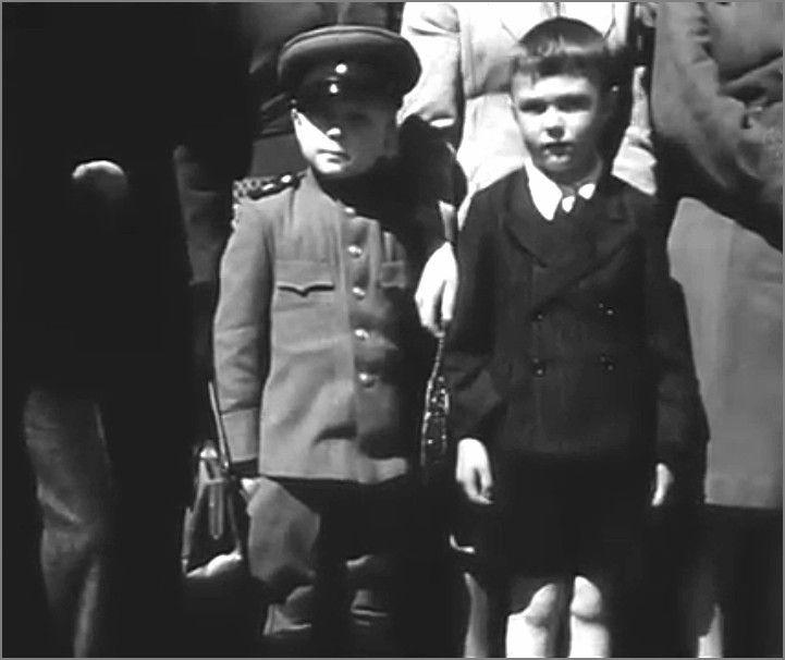 Два мальчика, советский и британский, наблюдают парад.Берлин, Германия, 8 мая 1946 года.