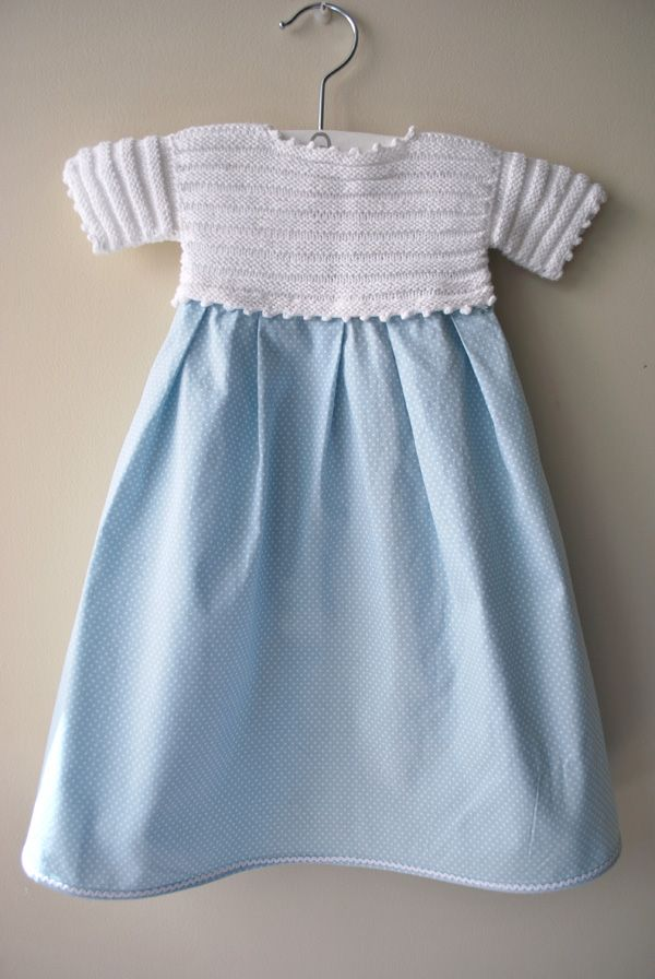 Conjunto de faldón y patucos de bebé de primera puesta con jersey blanco de canutillo y tela azul con lunar blanco