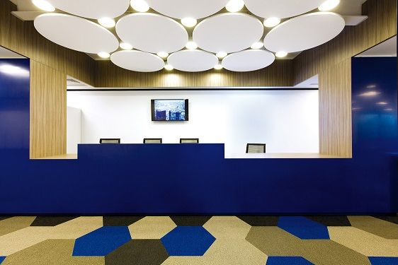 Recepcja Deutsche Bank Global Technology, Rumunia. Armstrong, sufity podwieszane, ceiling, sufit akustyczny, acoustic, Optima Canopy Circle