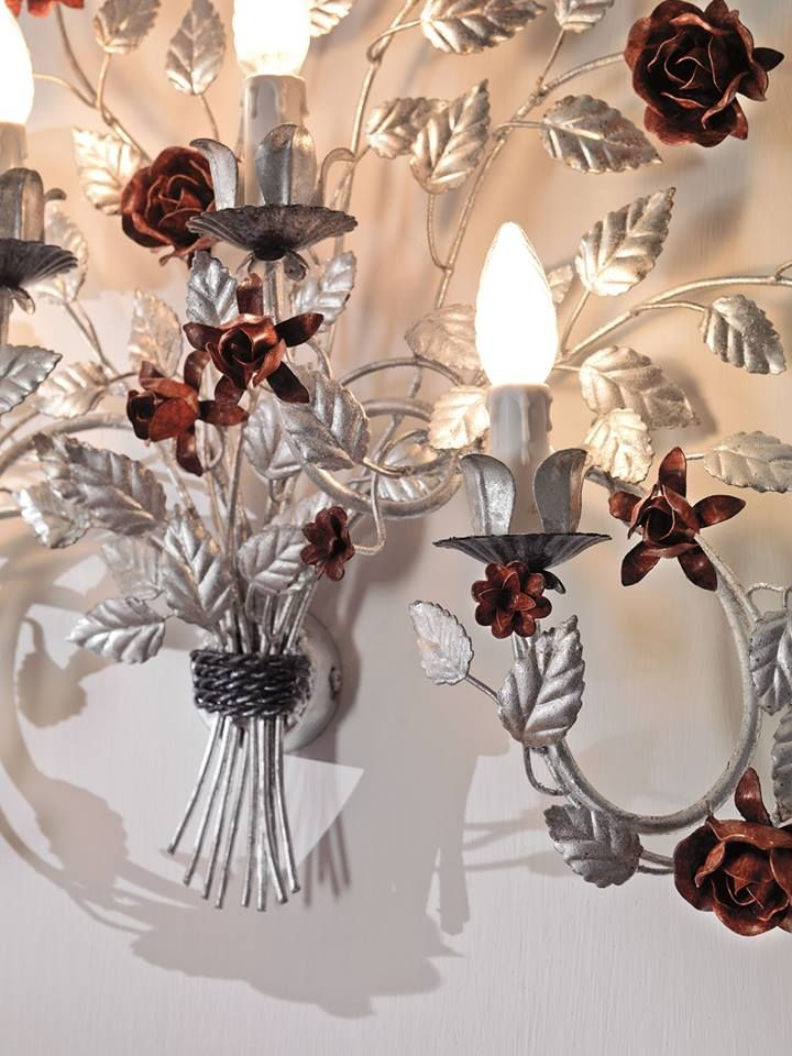 Applique in ferro decorata foglie argento e rose rosse. Iron wall lamp decorated silver leaves and red roses.