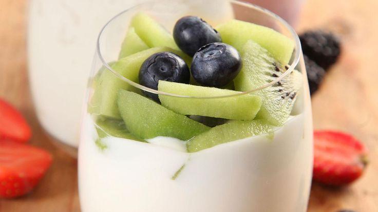 Yoghurt with kiwifruit & blueberries