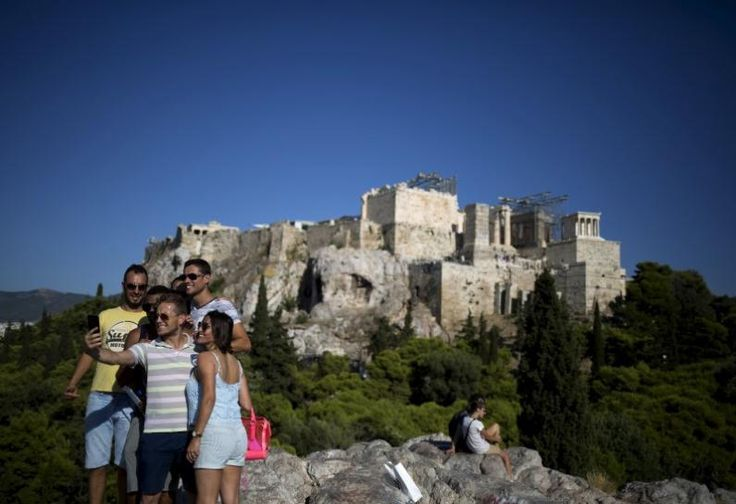 Greek tourism growth hinges on bailout review, refugee crisis: tourism association