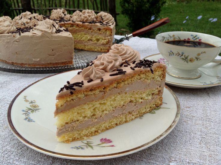 Ein einfacher und wunderbar lockerer Biskuitboden mit einer köstlichen Nougat- Buttercreme- Füllung. Eine festliche Torte für viele Anlässe.