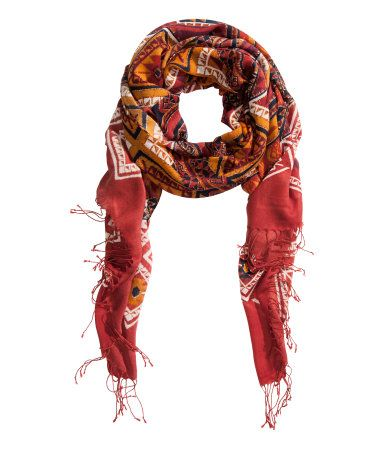 Scarf in woven fabric with a printed pattern. Fringe at ends. Size 35 1/2 x 78 3/4 in.