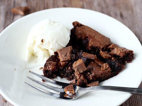 """Suklaapossun blogissa on eletty melko suklaisia päiviä viime aikoina ja tässä olisi vielä yksi suklainen unelmaleivonnainen eli Daim-mutakakku ennen kuin siirrytään edes hetkeksi muihin ohjeisiin. Suklaa vain on niin hyvää ja sopii mielestäni ihanasti näihin syksyisiin päiviin. Tällä kertaa testailin Leilan """"Pala kakkua""""-kirjasta pehmeää suklaakakkua/mutakakku. Tätäkin ohjetta mun oli pakko sörkkiä, ja kakku tulikin höystettyä …"""