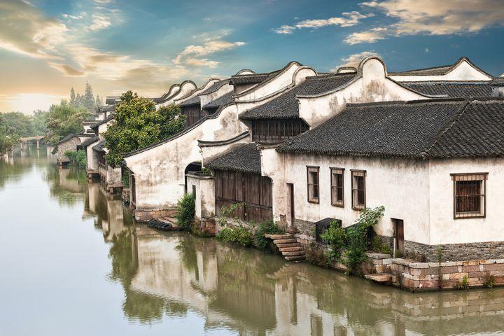 東洋のヴェネツィアとも言われる水の都、中国・蘇州。舟遊びや運河沿いの古民家を改築したカフェや雑貨店巡りも楽しいですが、世界遺産にも登録された名園めぐりに、本場の中華料理、新開発のエリアでのショッピングなど、ほかにも魅力はいっぱい。上海から高速鉄道を使えば日帰りも可能。今回は、蘇州1日コースをご紹介します。