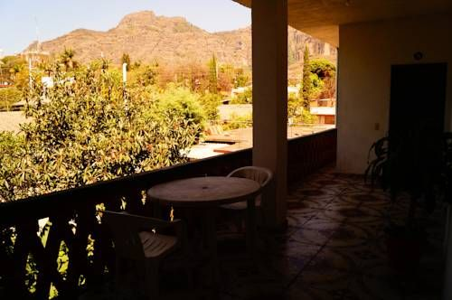 Hospedaje La Hoja Tepoztlán Hospedaje La Hoja is located in the charming historic centre of Tepoztlán, and offers views of the impressive El Tepozeco Mountain. Each bright room features free Wi-Fi and cable TV.