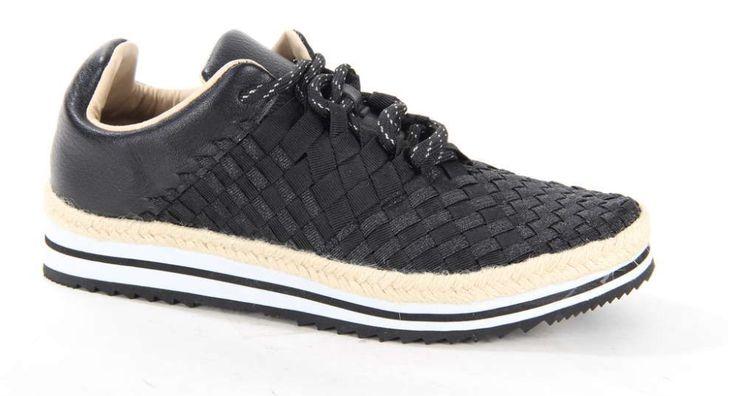 Zwarte sneaker op een opvallende plateauzool van het merk Rock Spring. De rubberen zool is met touw afgewerkt. Het bovenwerk is gemaakt van elastiek waardoor de damesschoen comfortabel loopt. Ook in het wit en grijs! #black #sneaker #rockspring #elastiek #plateau #shoes #shoesinspiration #outfit #