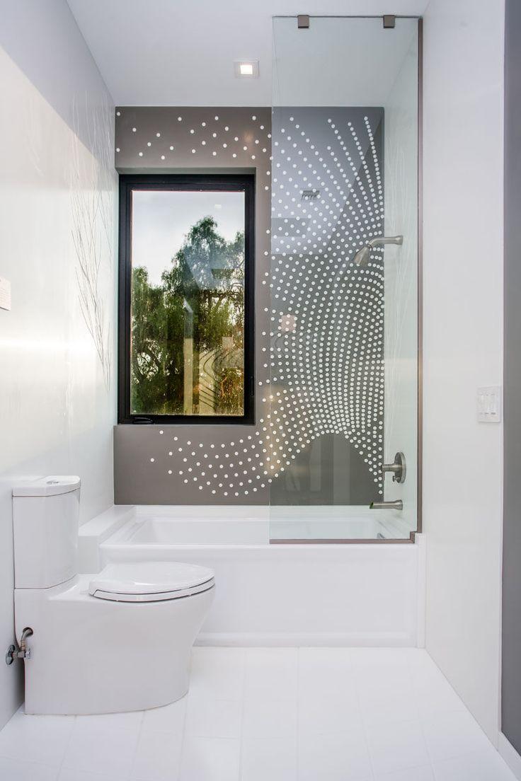 Эта современная ванная комната имеет художественный рисунок плитке стены в душе.
