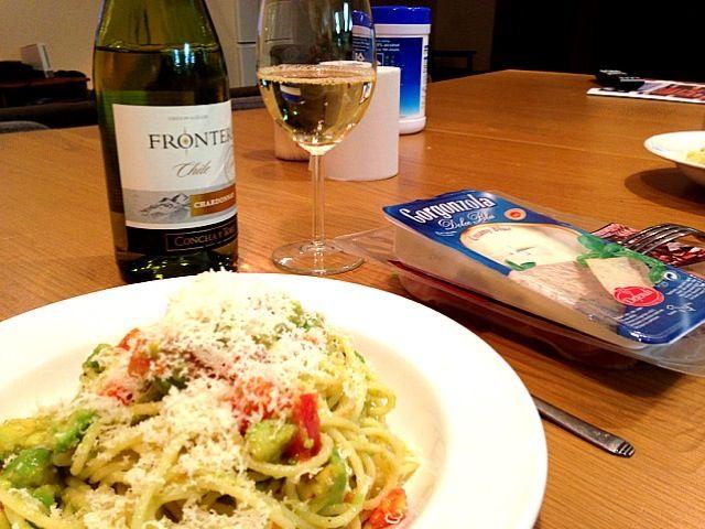 彼女が作ってくれた!( ̄Д ̄)ノ - 27件のもぐもぐ - アボカドトマトのパスタと生ハム&チーズ&ワイン by Grubbin