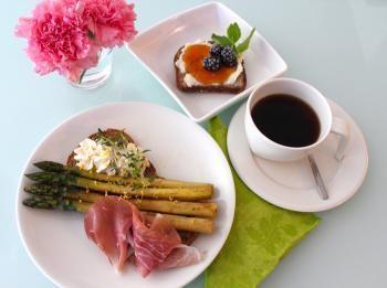 Uotilan brunssi koostuu KultaKauran maukkaista viipaleista, jotka saavat kaverikseen kauden parsaa ja jälkiruoan makupaletissa on aprikoosia sekä marjoja.