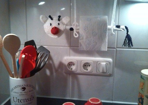 Weinig plaats in je keuken voor een grote keukenrol? Hang een toiletrol aan een houten lepel, draai twee oogjes in een bovenkastje en hang het zo op. Ik heb er een koetje van gemaakt, incl. staartje en twee zwarte stippen.