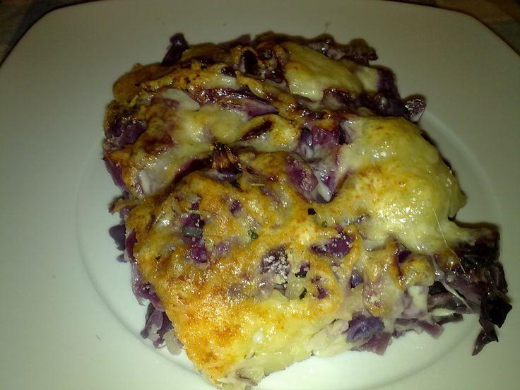Ingredientes para 4 personas:  - 1 lombarda  - 3 patatas  - 1 bolsa de queso rallado  - Sal   Elaboración:  Cortamos la lombarda en trozos ...