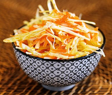 En fräsch råkostsallad med vitkål och morötter till maten är sällan fel. Denna vintriga raw slaw med asiatiska förtecken är en oerhört välsmakande sådan. Gör gärna dubbel sats så räcker råkostsalladen i flera dagar. Ju längre den står, desto godare!