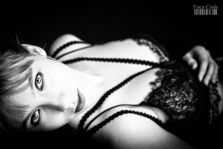 Zmysłowo w czerni i bieli. A sensual black and white image.