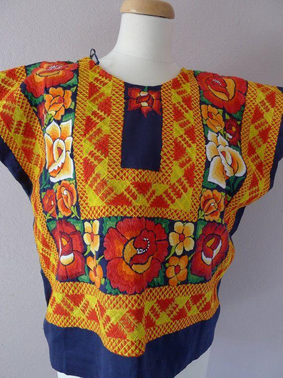 Se trata de una blusa vintage auténtico usada por las mujeres de Tehuantepec/Juchitan Oaxaca. Como una fuerte sociedad matriarcal las mujeres son muy sociales, asistir a muchas de las partes llamada Velas y cambiar sus trajes de gala elaborados por otros nuevos. Es una suerte para usted - como algunos de los estilos más elaborados y más viejas se venden como artículos de coleccionista. Es regulable en los lados de la blusa o dejarlos hacia fuera o hacerlas más pequeñas. Es una simple costura…