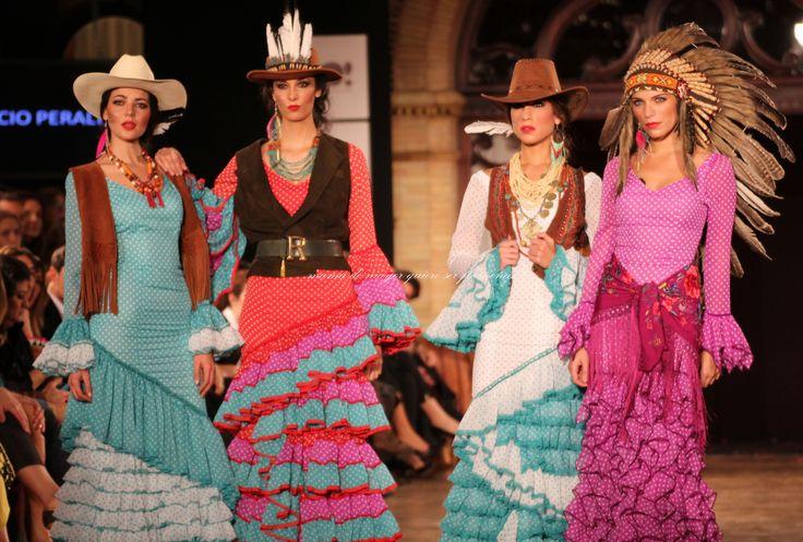 He de confesaros que las películas del Oeste nunca me gustaron, pero la que se montó en el Salón Real del Hotel Alfonso XIII tenía su punto flamenco, y merecía toda mi atención. Experta en hallar la temática perfecta para transportarnos a otro continente, Rocío Peralta volvió a meterse al público en el bolsillo con …