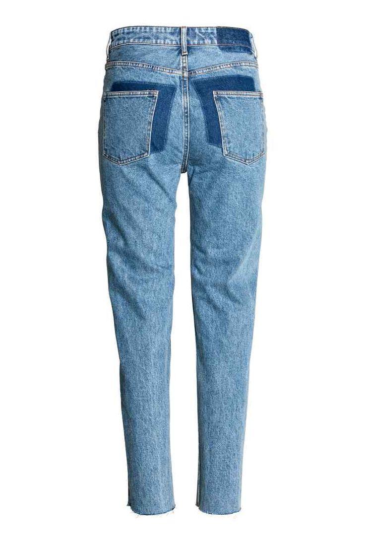 Jeans High Waist: Jeans de 5 bolsos em ganga lavada com secções mais escuras atrás, cintura alta e pernas afuniladas sem acabamento.