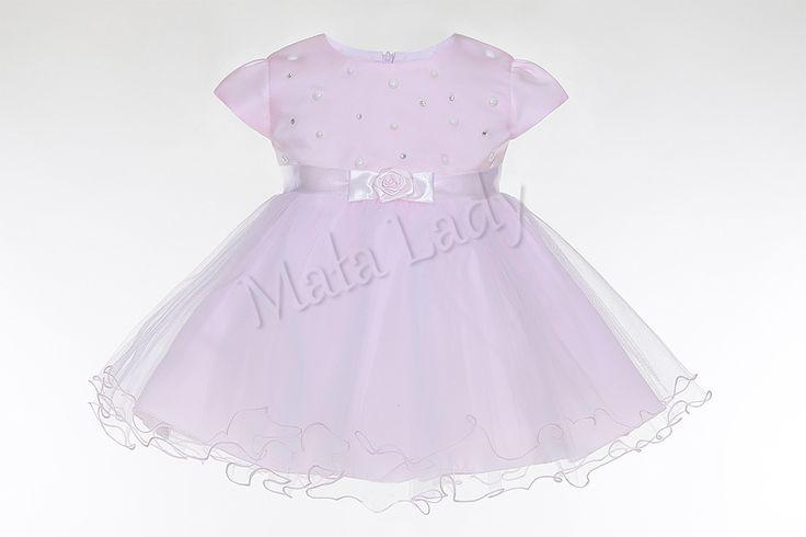 Wyjątkowa sukienka Klara z tiulem w kolorze różowym. Odszyta płótnem bawełnianym oraz podszewką. Cudnie udekorowana mieniącymi się cyrkoniami oraz perełkami. Sukienka posiada kryty zamek oraz rękawki typu motylek.  Sukienka Klara dostępna jest również w kolorze ecru oraz białym. Sukienka dostępna również w rozmiarach 92-152.