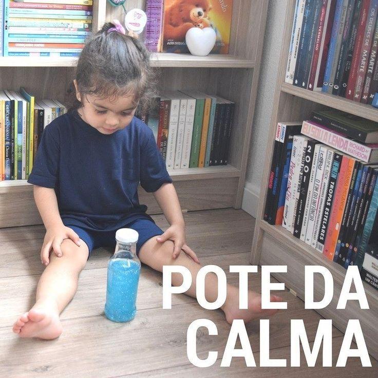 Vocês já ouviram falar do pote da calma? O pote da calma é inspirado no Método Montessori ele é utilizado para ajudar as crianças a relaxarem em momentos de agitação estresse desconcentração ou irritação.  O objetivo do pote da calma é distrair e tranquilizar os pequenos nestes momentos em que nada parece funcionar!  É super fácil e rápido de fazer!  Material necessário para fazer o Pote da Calma: - Um pote ou garrafa transparente (com tampa e que não vaze e se seu filho for muito pequeno…