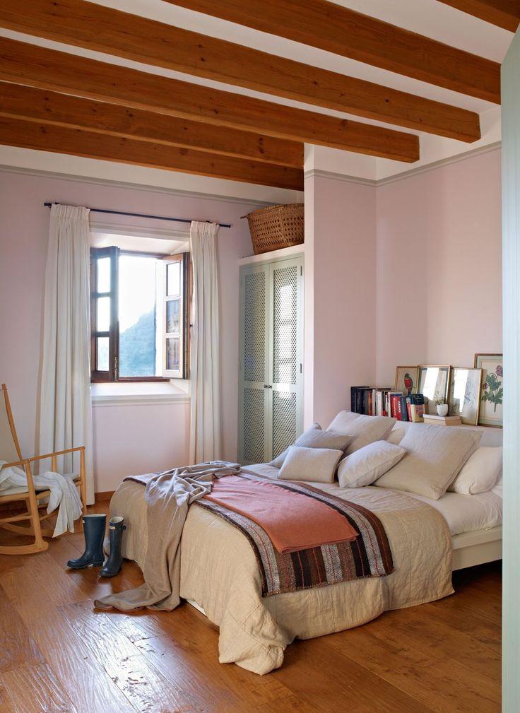 Dormitorio infantil con cabecero de obra. La habitación de la hija