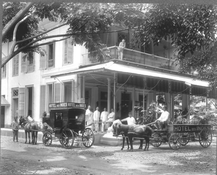 This was the famous Hotel Des Indes, a luxurious hotel only for westerner in an old Jakarta. I always wonder about those long windows maybe the Dutch did it because they need more airs in the tropical humid country. This hotel is no longer exist, sadly, currently a Carrefour supermarket stands there, swiping the history.....