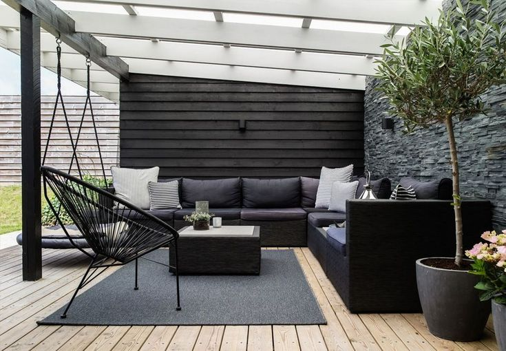 Lovely lounge area on the terrace with comfy and modern garden furniture and green plants. #Moderngardens