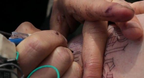 Nous vous avions déjà parlé de Scott Campbell, célèbre tatoueur de Brooklyn, connu pour ses oeuvres d'art (cliquez-ici).  Dans cette superbe vidéo, vous pouvez découvrir l'artiste fabriquant un « Prison Tattoo gun » avec du matériel de récupération : une brosse à dent, un stylo bille, une pile 9 volts, du ruban adhésif et un moteur de magnétoscope trouvé dans une poubelle