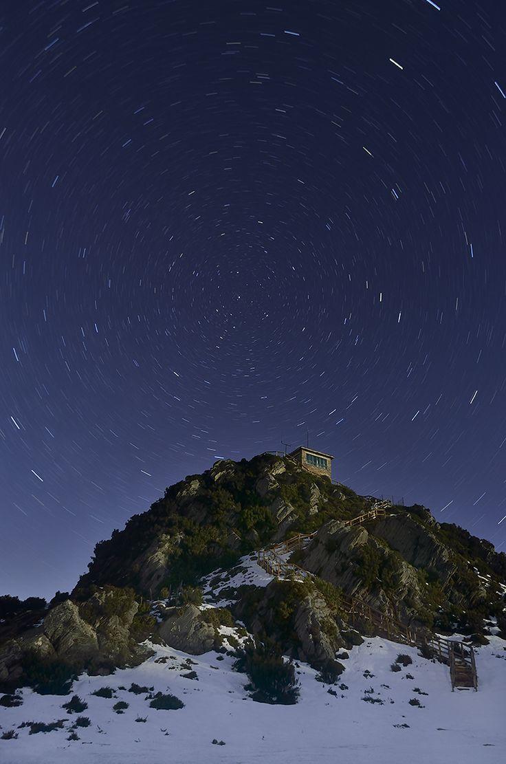"""""""Castelo de Goia"""" En la cima del monte Castelo de Goia, en plena """"Serra da Carba"""", se levanta una gigantesca roca denominada """"O Peñote"""". Sobre ella, se construyó un hermoso mirador de piedra y madera, al cual se accede a través de una larga escalera de piedra y desde donde se puede admirar las sierras de Carba y de O Xistral. La vegetación autóctona se combina con moles de piedra granítica que afloran de las entrañas de la tierra."""