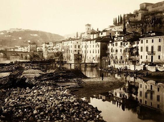 Verona storica - la collina di Castel San Pietro e l'Adige all'imbocco dell' Isolo. - 1870 circa.