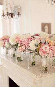 Para las Damas de Honor - Flores en tonos rosas con hojas de centaureas y un poco de blanco haran el bouquet perfecto para una boda en rosa y gris - Imagen: Style Me Pretty