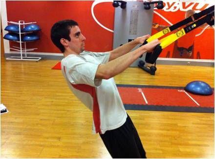 #TRX #Espalda. #Adducción escapular. En la imagen es dificil apreciar el movimiento, en el cual se intenta juntar las escapulas. Este ejercicio es muy usado para trabajar la musculatura limítrofe a las vértrebras, mejorando así el tono muscular en esta zona y consiguiendo una buena postura.
