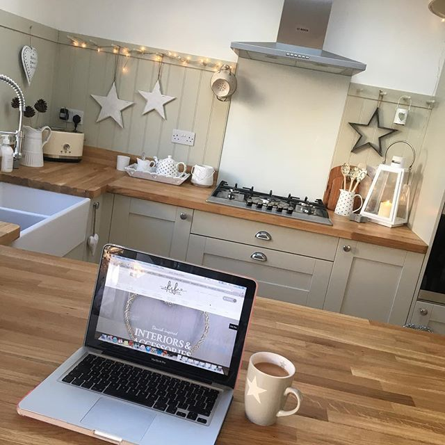 I thought sitting at the breakfast bar would make a lovely spot to work, but the messy kitchen in the background drove me mad!! So after a little clean and taking away the last few Christmas bits  I am finally back to work! #kitchen #kitcheninspo #kitcheninspiration #shaker #shakerstyle #shakerkitchen #workfromhome #workingmum #kitchendesign #kitchenaid #breakfastbar #home #homesofinstagram #instashop #mondaymotivation #springclean #devon #teapot #fairylights #kirstenandbelle #belfastsink