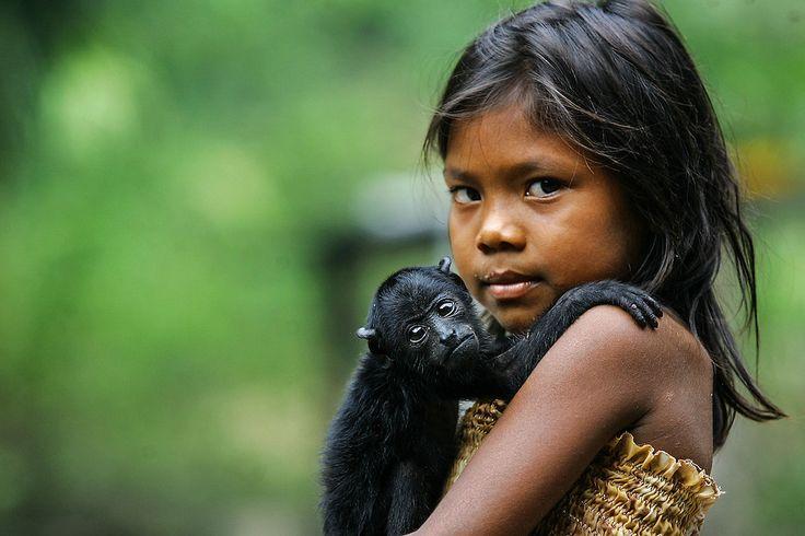 AMAZONIA - 06/09/2007 - NACIONAL OE - CADERNO ESPECIAL AMAZONIA - INDIOS - EXCLUSIVO - ESPECIAL - Materia especial sobre a Amazonia. Na foto a india Ranieli de 6 anos com o seu macaco Guariba de estimacao que e tratado como se fosse uma crianca na Aldeia Ponta Alegre de etinia Satere Mawe da regiao indigena de Andira cerca de 4hs de voadeira da cidade de Parintins a margem do Rio Amazonas FOTO JONNE RORIZ/AE