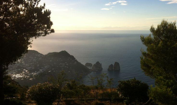 Któż nie zna Capri? Z czym nam się kojarzy ta włoska wyspa? Z drogimi hotelami, lazurową wodą, luksusem i przepychem, może ze znanymi aktorami i piosenkarzami, ale na pewno nie z górskim bieganiem! Ale już sama nazwa wyspy...