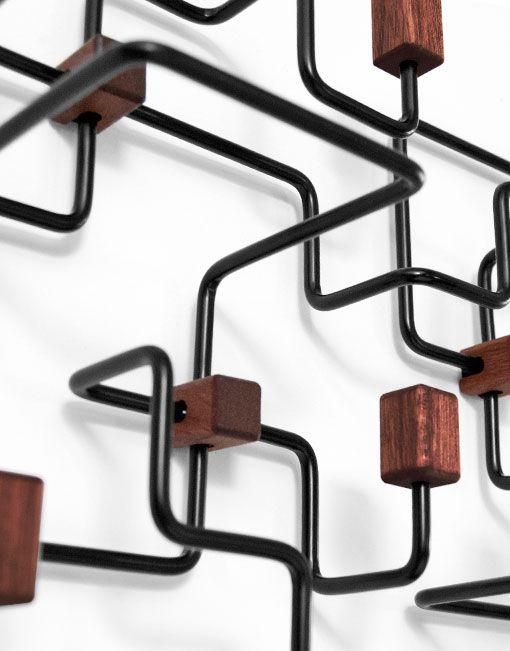 Lospercheros de pared originales Underground negroestán inspiradon en elmapa del sistema de tren subterráneo de Londres. La compleja red de túneles y estaciones creanuna hermosa escultura de 3 dimensiones. El perchero no sólo es práctico si no quetambién un trabajo artístico de abstracción. El perchero Undeground está disponible en blanco y negro.Puedes utilizarloen la habitación