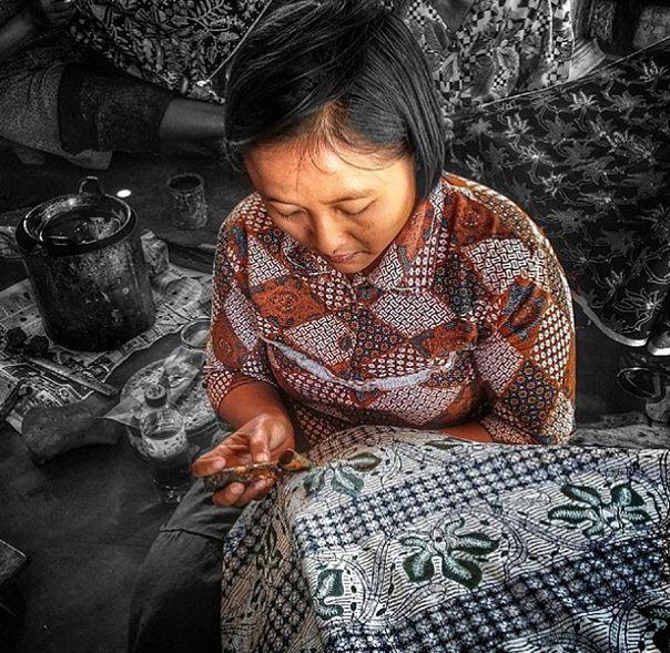 One of the batik makers at Galery Go Tik Swan making Batik Tulis (written batik). #livefromapsda2014 #apsdaday2 #creativetour pic of @apsdaindonesia