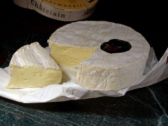 Na blogu podaję przepis jak krok po kroku wykonać samodzielnie w domu ser pleśniowy camembert. Składniki na ser, narzędzia i szczegółowa instrukcja wykonania