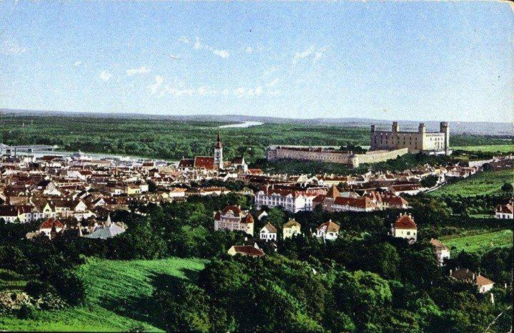 Asi 50-te roky a zelená Bratislava...  za tých pár rokov sa toho ale zmenilo ;-)  ďalšie historické fotky Bratislavy aj na Staré fotografie sídlisk a rôznych častí Bratislavy