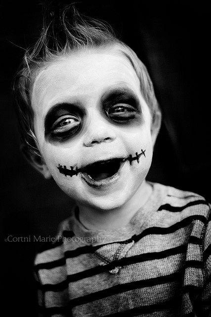 Pour un maquillage plus élaborer mais tout aussi simple, maquiller le visage de l'enfant de blanc et dessiner deux cercles noirs autour des yeux. Maquiller légerement la bouche de noir et dessiner aux commissures des lèvres deux petites cicatrices.