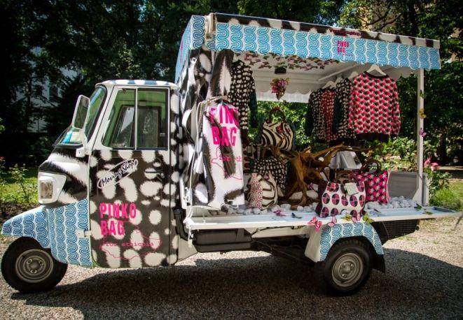 L'ape car brandizzata Pinko dove acquistare le borse e le felpe del progetto Pinko Bag For Ethiopia