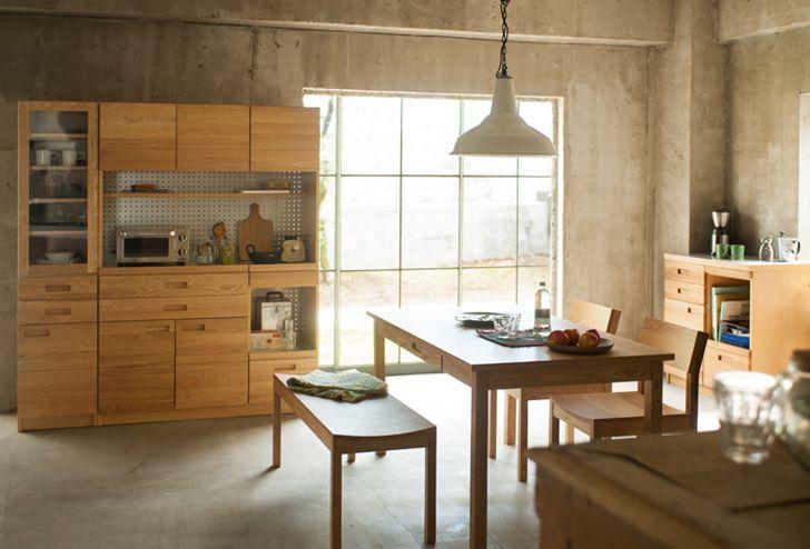 這款餐櫃除了有大小尺寸分別之外,還有木紋色深淺的選擇。 這張照片是餐櫃+玻璃門櫥櫃的組合 很棒的是不論是什麼風格的居住空間,只要有木製家具搭上她感覺就對了! 來源:日本家具品牌『unico』,感謝姥姥,一桌四椅的大米介紹